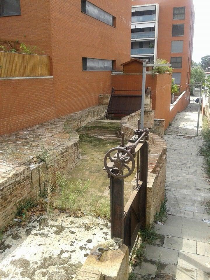 Estructura de l'entrada i sobrant de l'aigua al salt de la indústria de Can Vilumara. Fons I. Doñate